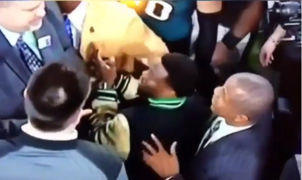 O ator Kevin Hart sendo barrado por um segurança na festa de seu time após o Super Bowl (Foto: Instagram)