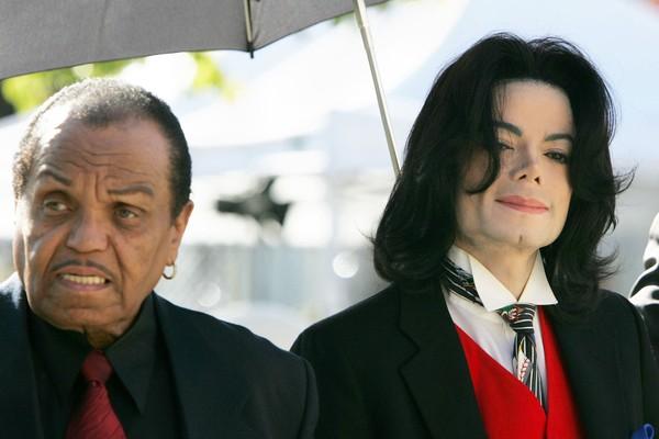 Nas palavras do próprio Michael Jackson, a relação com seu pai sempre foi turbulenta. Em uma autobiografia o astro pop contou sobre os abusos físicos e emocionais que sofreu de Joseph Jackson quando criança (Foto: Getty Images)