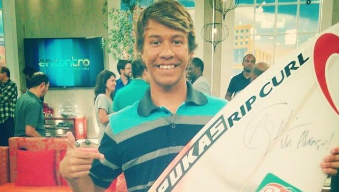 Leonardo Menyon ganha prancha autografada por Gabriel Medina (Foto: Reprodução/Instagram)