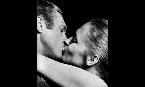 Steve McQueen (1930-1980) e Faye Dunaway também deram beijos magníficos em 'Crown, o Magnífico' (1968). (Foto: Reprodução)