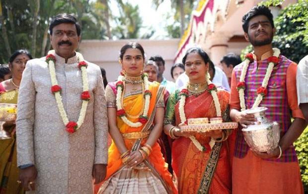 Janardhana Reddy (esq.) com a filha e outros membros da família (Foto: BBC/Janardhana Reddy Family)