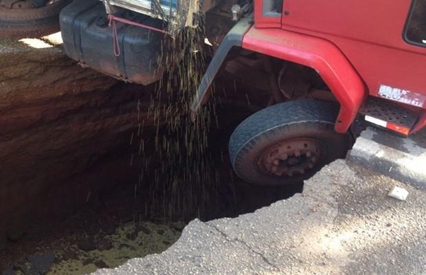 Caminhão caiu em cratera no meio da BR-153, na altura do km 382 (Foto: Divulgação/PRF)