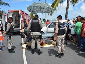 Carro passou por cima dos braços do motociclista após colisão na Avenida João Maurício, orla de Manaíra (Foto: Walter Paparazzo/G1)