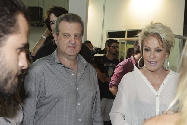 Ana Maria Braga e o namorado, Mauro Bayout, em show no Rio (Foto: Isac Luz/ EGO)