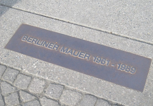 Placa comemorativa da queda do muro de Berlim (Foto: The Girls on the Road)