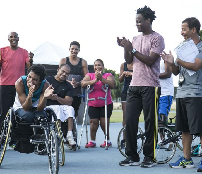 Wesley usa pela primeira vez sua cadeira de rodas especial para velocistas (Foto: Raphael Dias/Gshow)