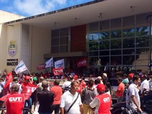 Dezenas de servidores com faixas, bandeiras e cartazes cobram cumprimento de acordo (Foto: João Vitor Corrêa/G1)