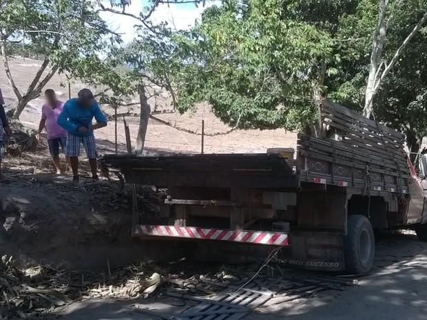 Caminhão colidiu contra uma ribanceira na zona rural de Cupira (Foto: Amanda Dantas/TV Asa Branca)
