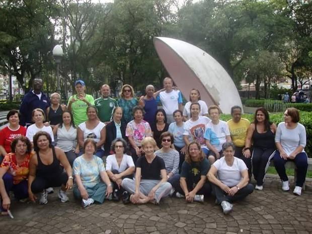 Rita de Cássia, de regata preta na parte de baixo da foto, e Manoel, no canto superior à direita, de camiseta branca, e a turma do SOE (Foto: Rita de Cássia Santiago/ Arquivo Pessoal)