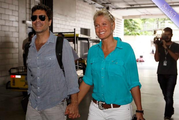 Xuxa chega ao Projac acompanhada do namorado, Junno (Foto: TV Xuxa/ TV Globo)