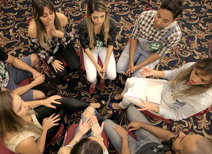 Candidatos fazem uma roda para conversar (Foto: Gshow)