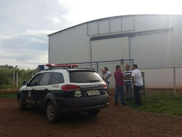 Polícia cumpriu mandados de busca em imóveis pertencentes à servidora  (Foto: Romeu Neto/ TV TEM)