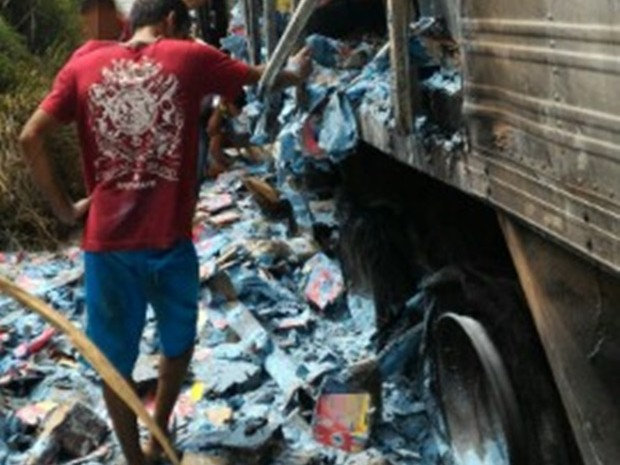 Após incêndio, carga foi saqueada na BR-101 em Palmares (Foto: Divulgação/PRF)