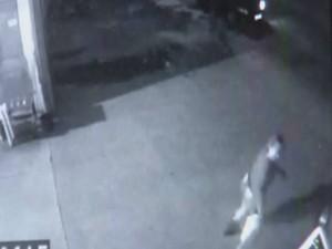 Câmera registra momento em que a mulher dispara contra o ex-marido (Foto: Reprodução/ TV TEM)