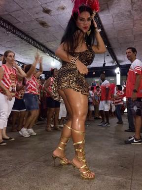 Solange Gomes em ensaio da Porto da Pedra em São Gonçalo, Zona Metropolitana do Rio (Foto: Divulgação)