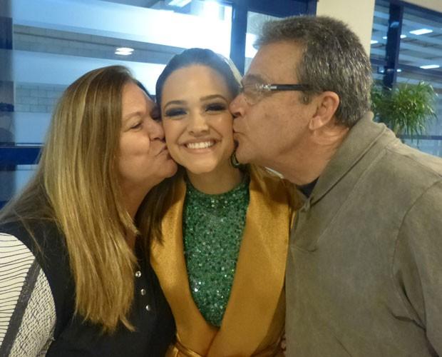 Juliana Paiva recebe carinho dos pais nos bastidores do Domingão (Foto: TV Globo/ Domingão do Faustão)
