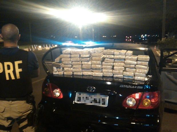Motorista do automóvel onde a droga estava escondida disse à PRF que levaria a carga ilegal até Jaboticabal (SP) (Foto: PRF / Divulgação)