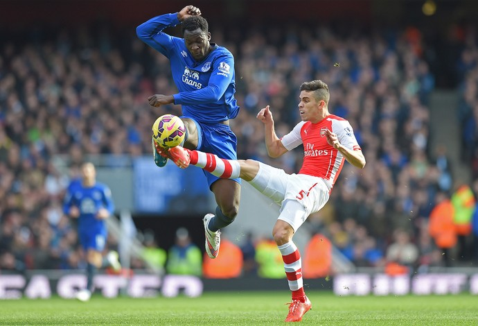 Gabriel Paulista e Lukaku, Arsenal x Everton (Foto: Reuters)