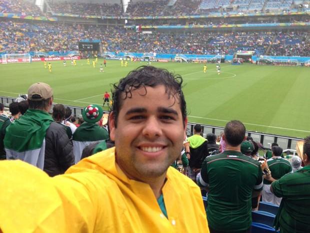 """Humberto Martins em foto com a capa de chuva """"valiosa"""" na Arena das Dunas (Foto: José Humberto Martins/Arquivo pessoal)"""