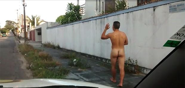Jovem passou nu pela barreira de fiscalização montada na rua Walter Duarte Pereira, no bairro de Capim Macio (Foto: Capitão Styvenson Valentim/PM)