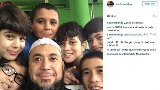 Rodrigues tira foto com crianças (Foto: Instagram)