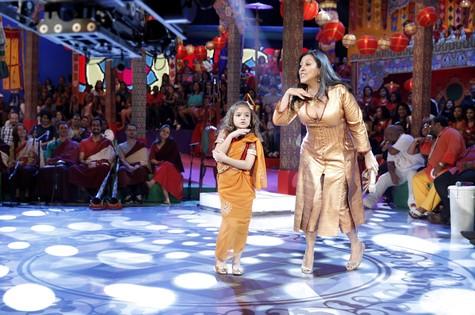 Mel Maia dança com Regina Casé (Foto: João Januário/ TV Globo)