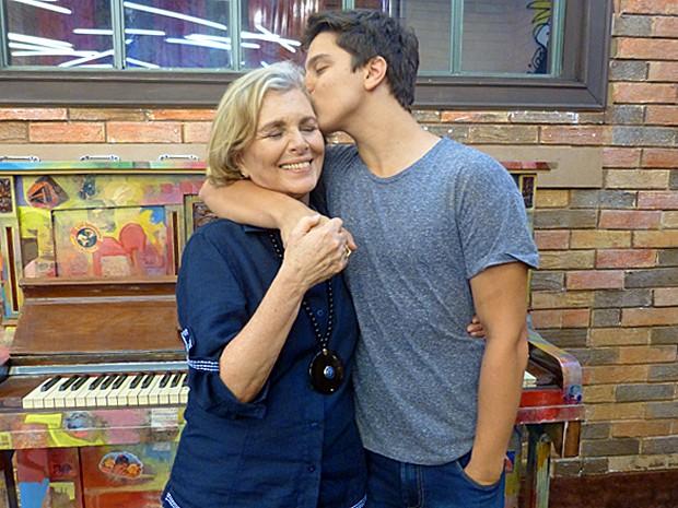 Cadu Libonati aproveita o chamego da avó Irene Ravache (Foto: TV Globo)