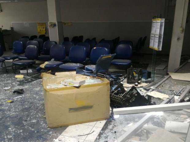 Agência ficou parcialmente destruiída depois das explosões (Foto: Portal Itaberaba Repórter)