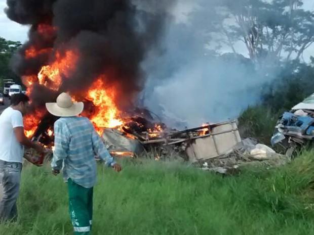Duas pessoas morreram carbonizadas no acidente (Foto: Osvaldo Bento/Cedida)