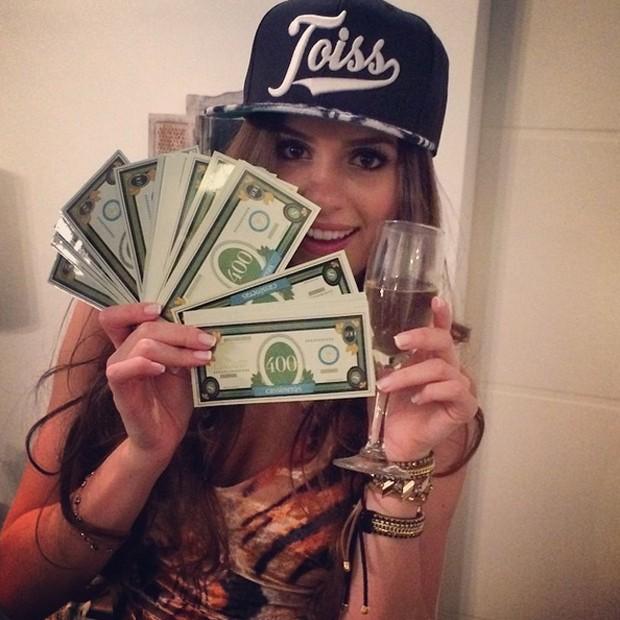 Em aniversário celebrado em agosto, Camila usou boné 'Tóiss' (Foto: Reprodução/Instagram)