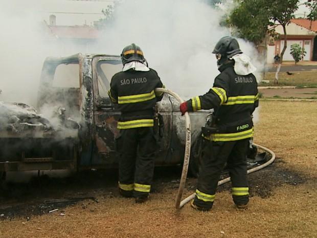 Bombeiros controlam fogo em caminhão do daerp após ataque em Ribeirão Preto, SP (Foto: Alexandre Sá/EPTV)