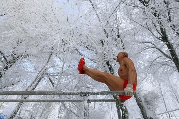 Gao Yinyu, de 77 anos, realiza exercícios ao ar livre com temperaturas de menos 25º C (Foto: AFP)