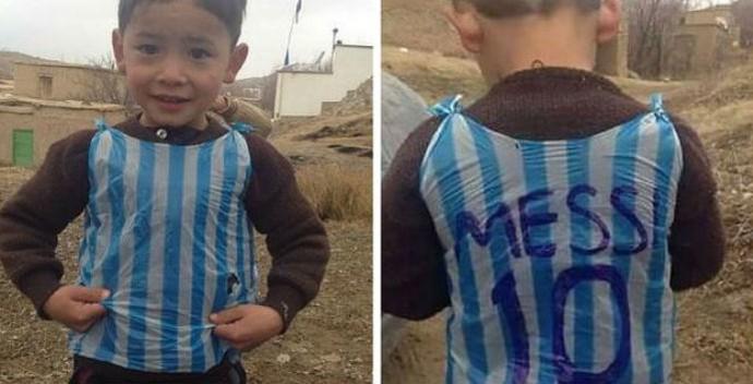 Menino afegão murtaza com camisa de sacola plastica (Foto: Twitter)