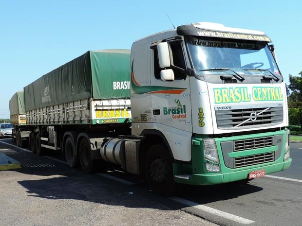 Motorista parou para 'conferir os pneus', quando encontrou indivíduo deitado embaixo do veículo (Foto: Ariane Viana/G1)