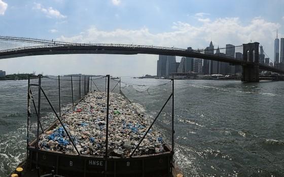 Nova York, Estados Unidos Uma barcaça transporta dois dias de resíduos plásticos dos bairros do Bronx e Queens. Uma das cidades mais ricas do mundo produz cerca de 33 milhões de toneladas de lixo por ano (Foto: Kadir van Lohuizen / NOOR)