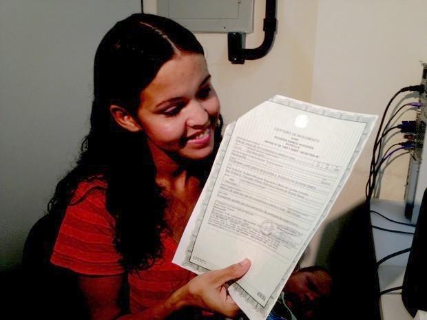 Rogéria recebe certidão corrigida (Foto: Rayssa Natani / G1)