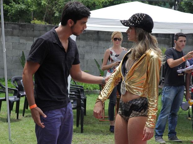 Olha o climão! Ciúmes invertido dessa vez? Bruno chega cheio de marra pra Fatinha (Foto: Malhação / TV Globo)