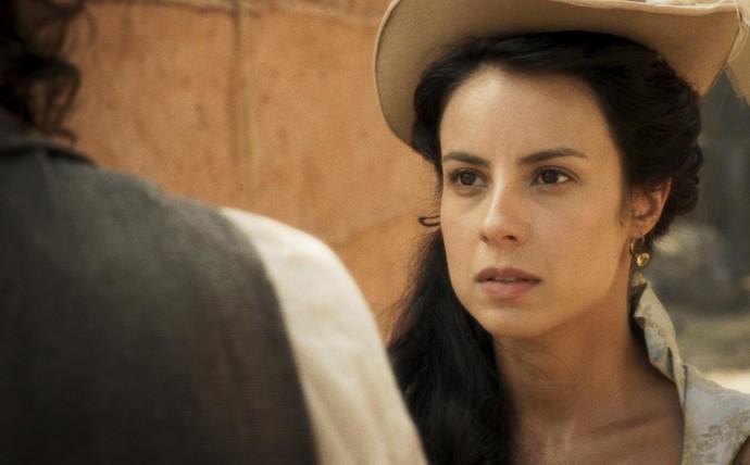 Joaquina tem sua passagem bloquada por Xavier, que acha sua voz familiar (Foto: TV Globo)