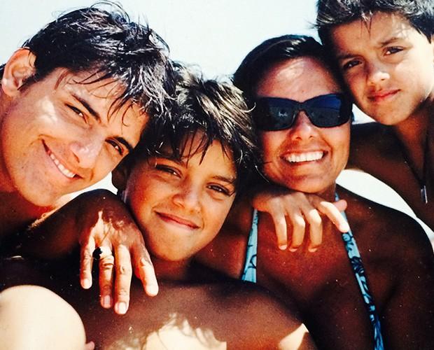 Bruno, Rodrigo e Felipe, na infância, com a mãe  (Foto: Arquivo Pessoal)
