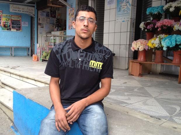Jefferson de Oliveira, 21 anos, fez o reconhecimento do corpo do pai (Foto: Cristiane Cardoso/G1)