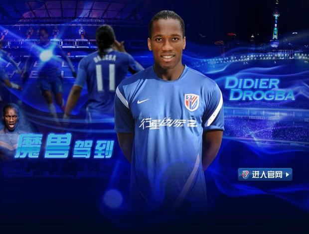 Drogba com a camisa do Shanghai Shenhua (Foto: Divulga&#231;&#227;o / Site oficial do Shanghai Shenhua)