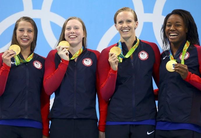 Kathleen Baker, Lilly King, Dana Vollmer e Simone Manuel com o ouro dos EUA no revezamento (Foto: REUTERS/Dominic Ebenbichler)