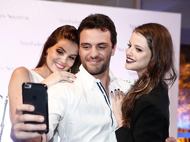 Lombardi faz selfie com Camila Queiroz e Agatha Moreira no evento (Foto: Inácio Moraes/Gshow)
