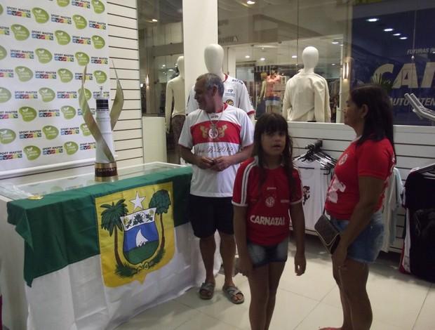 Taça do Campeonato Potiguar é exposta em shopping (Foto: Tiago Menezes)