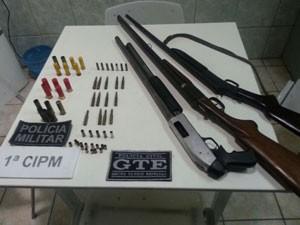 Armas apreendidas com suspeito no Litoral da Paraíba (Foto: Divulgação/Polícia Militar)