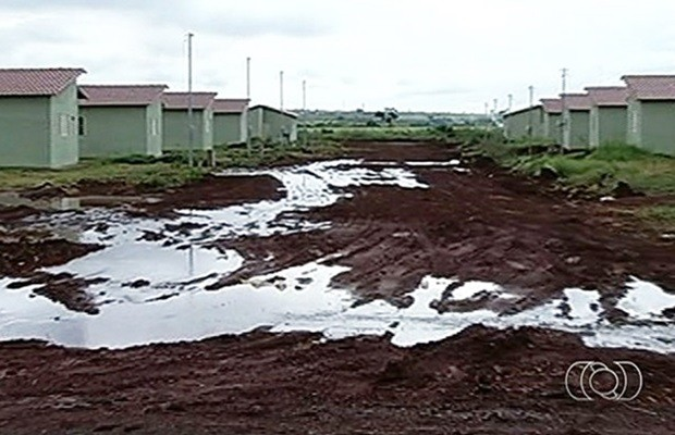 Algumas ruas do residencial não têm asfalto e estão tomadas pela lama (Foto: Reprodução/TV Anhanguera)