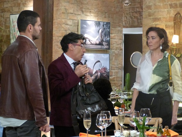 Maria Marta se irrita ao ver que Téo está gravando a briga (Foto: Paula Paiva/Gshow)