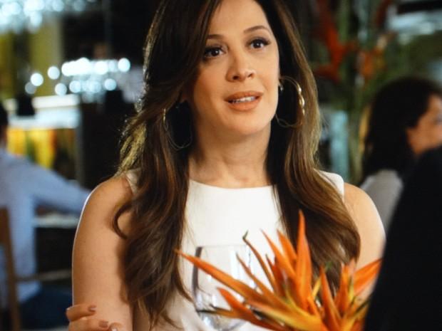 Lívia fica tensa com a notícia (Foto: Salve Jorge/ TV Globo)