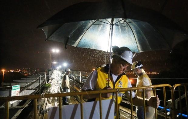 Transferência da carga levou cerca de quatro horas (Foto: Julio Cavalheiro/Secom)