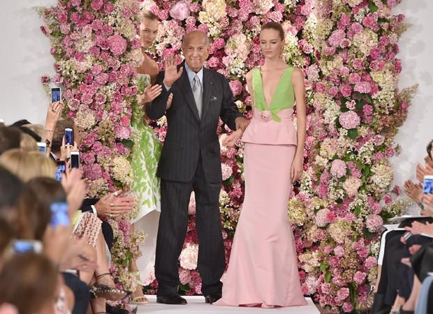 Oscar de la Renta posa com modelos em seu ltimo desfile, apresentado em setembro na NYFW. (Foto: Getty Images)